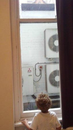 Avni Kensington Hotel: my only negative point, but still got window