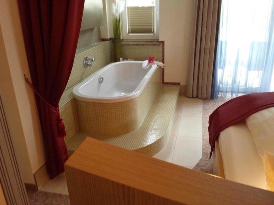 Hotel Villa Ludwig: Ligbad op de kamer 202