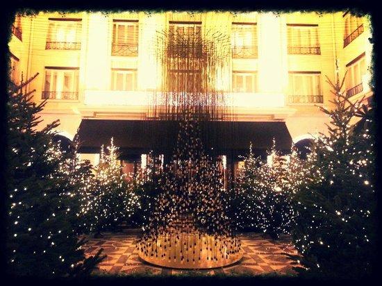 Four Seasons Hotel George V : La cour intérieure, Noël 2013.