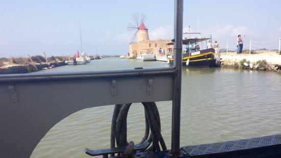 Isola di Mozia (Mothia)/ San Pantaleo: momento in cui si inizia il cammino con l'imbarcazione.