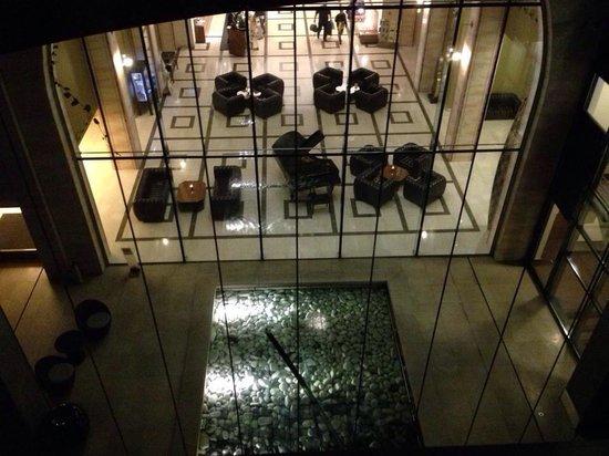 Continental Hotel Budapest: Vista interna della hall dalla stanza