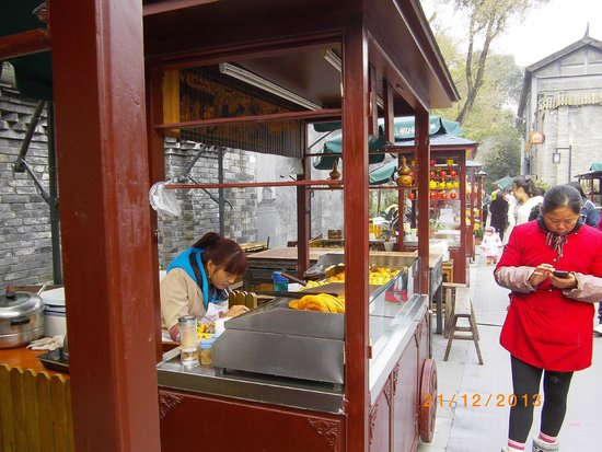 Kuanzhai Ancient Street of Qing Dynasty: Some food stalls selling local street food.