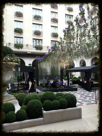 Four Seasons Hotel George V : La terrasse.