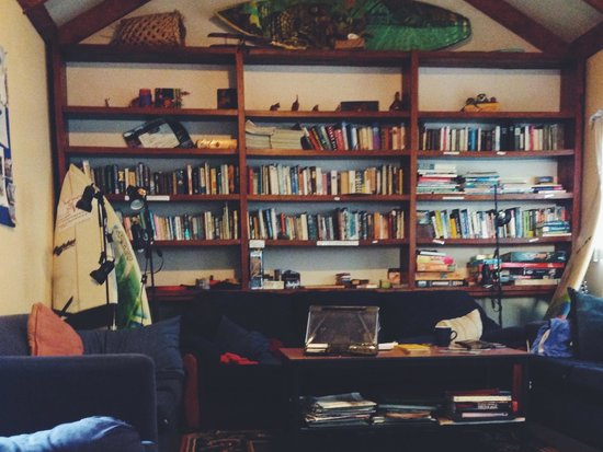 Raglan Backpackers and Waterfront Lodge: Epic lounge/social area