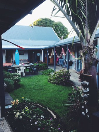 Raglan Backpackers and Waterfront Lodge: courtyard looking onto dorms