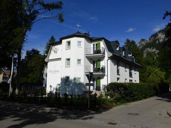 Hotel Villa Ludwig: Het hotel gefotografeerd vanaf de straat.