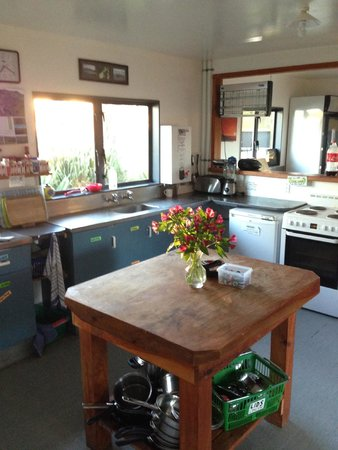 Raglan Backpackers and Waterfront Lodge: Kitchen was immaculate & free baking ingredients for rainy days!