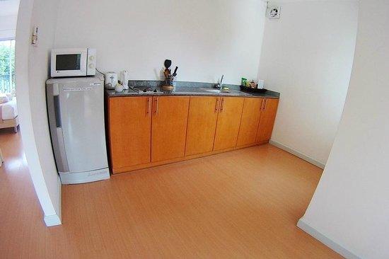 Studio 99 Serviced Apartments: Kitchen