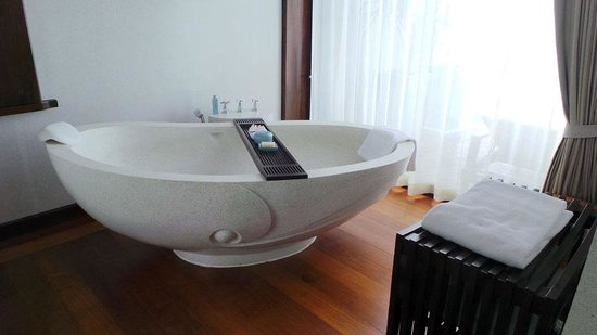 Four Seasons Resort Koh Samui Thailand : Beautiful big terrazzo bath tub