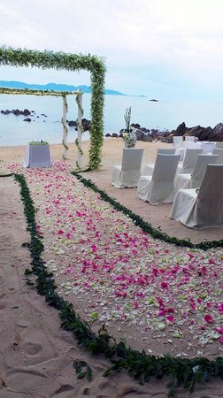 Four Seasons Resort Koh Samui Thailand: Down the flower aisle