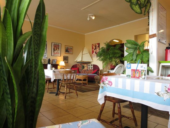 Patty's Wicker Cafe: Decore, someone loved Bogart.