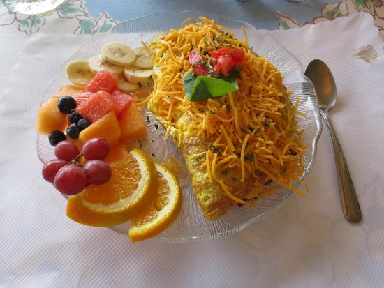Patty's Wicker Cafe: My omelet with fruit.