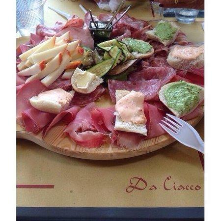 """Tagliere """"Da Ciacco"""" : salumi e formaggi locali."""