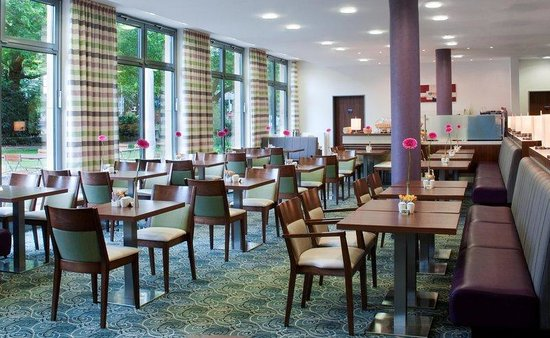 Holiday Inn Express Baden-Baden: Breakfast room with park view
