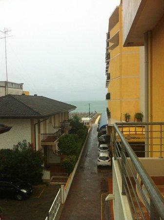 Hotel Mondial: Вид с балкона на море и основной корпус