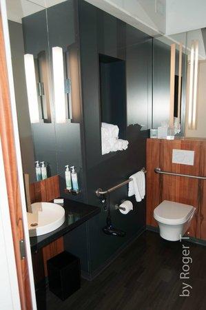 Hôtel ALT Montréal : Bathroom - basin and toilet side.