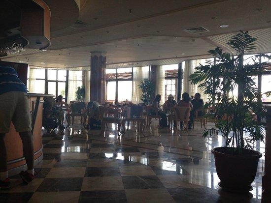Sonesta Pharaoh Beach Resort Hurghada: Inside seating - Lobby bar