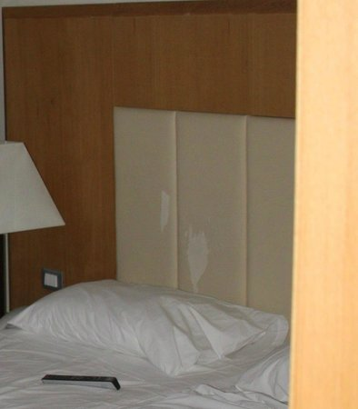 Lindos Imperial Resort & Spa: tete de lit abimee