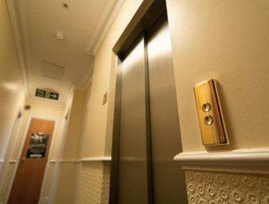 Days Inn London Hyde Park: Elevator