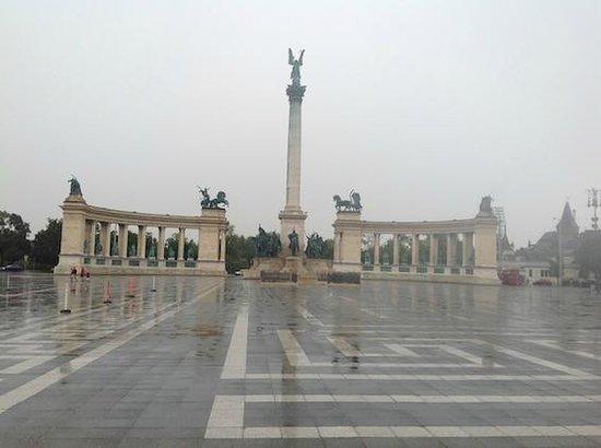 Plaza de los Héroes: Plaza de los Heroes bajo la lluvia.