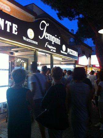 Ristorante Tempini: Очередь перед входом. Снято часов в 20-21:00, когда мы уже выходили из ресторана