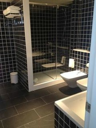 Hotel Paral - lel : renovated bathroom