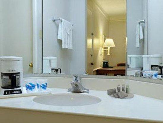 Baymont Inn & Suites San Antonio Near South Texas Medical CE: Bathroom