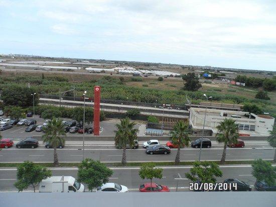 B&B Hotel Viladecans: Vue sur la gare de la chambre et l'aéroport au loin