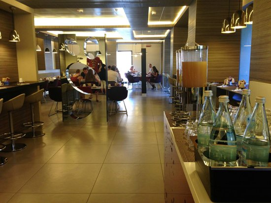 Mercure Rome Colosseum Centre : Good varity of drinks and fruits for breakfast
