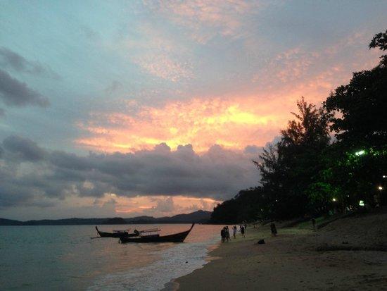Phra Nang Inn: Coucher de soleil devant l'hôtel