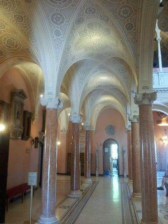 Villa & Jardins Ephrussi de Rothschild: sous les arcades du hall principal