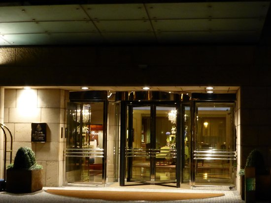 Four Seasons Hotel Prague: Front Entry