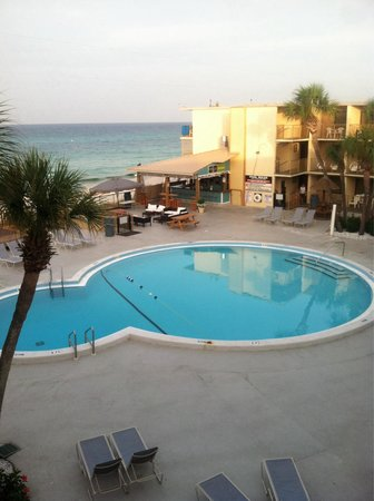 Chateau Motel: View from room 409. Everything was perfect, clean room, friendly service, great pool & right on