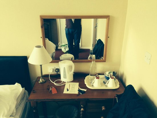Barons Court Hotel: Sidetable