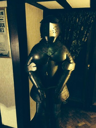 Barons Court Hotel: Suit of armour in lobby