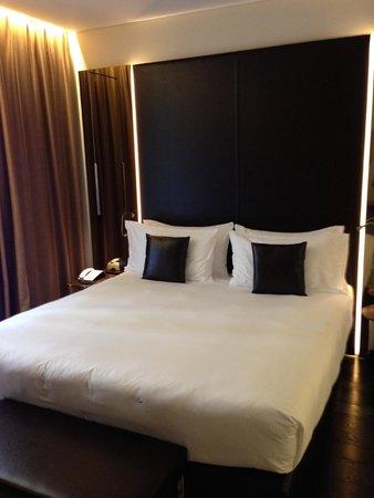Hotel Relais San Lorenzo: Il letto, a sx il bagno a dx porta terrazzo
