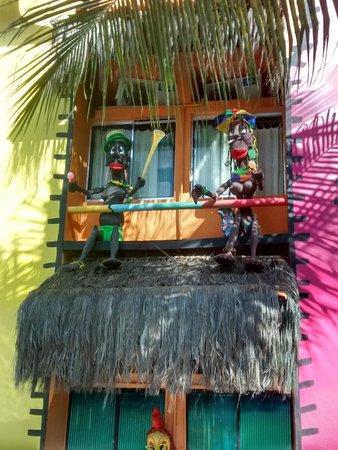 Pousada das Galinhas: Decoração temática - Área da piscina