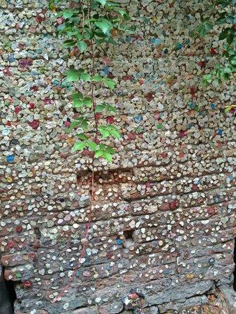 Casa di Giulietta: Chewing gum-covered wall in courtyard