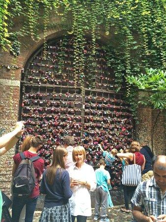 Casa di Giulietta: Padlock-covered gate