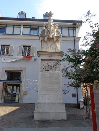 Duomo di Bolzano: monumento nei pressi del Duomo