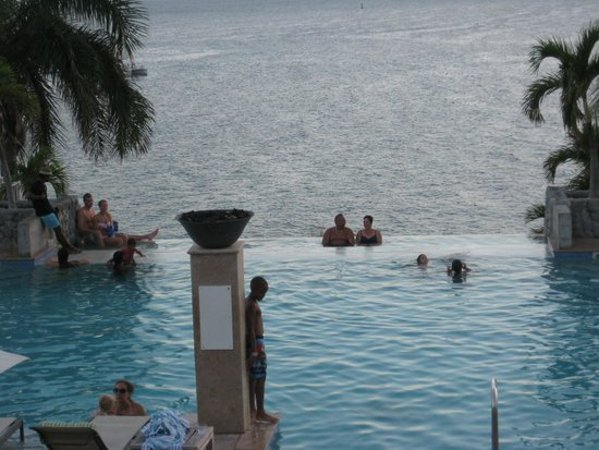 Frenchman's Reef & Morning Star Marriott Beach Resort: Infinity Main Pool