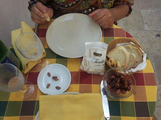la vecchia taverna: Stuzzichino di olive nere e tarallini offerti