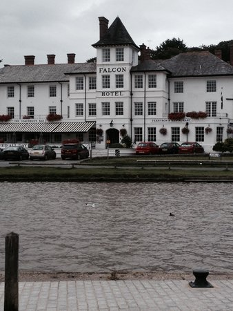 Falcon Hotel: Sitting across the canal