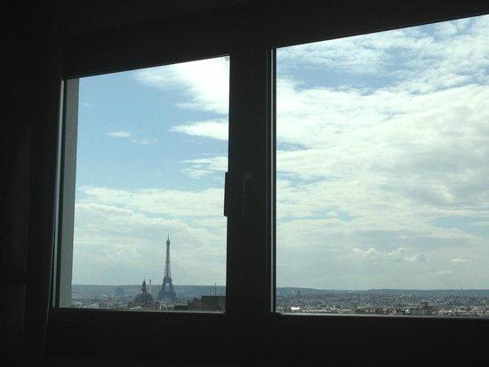 Mercure Paris Montmartre Sacre Coeur : coucher dans le lit la vue sur la tour eiffel