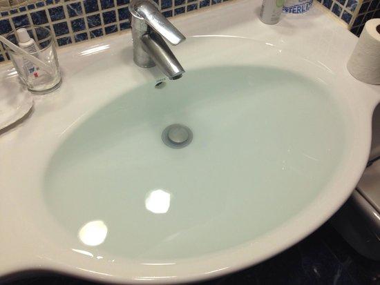 Hotel Ronda Lesseps: Lavandino della camera: anche se segnalato due volte in una settimana il problema non è stato ri