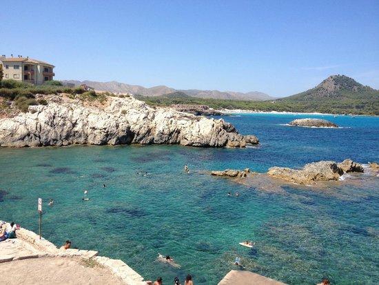 THB Cala Lliteras: Spiaggia di scogli sotto hotel