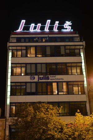 EA Hotel Julis: Отель ночью