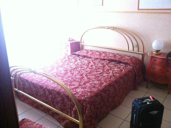 Hotel Ariston: Stylish bed