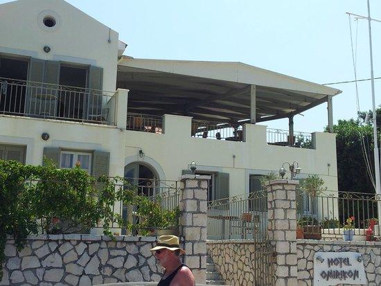 Omirikon Hotel: The main deck, lovely spot for breakfast, then evening drinks