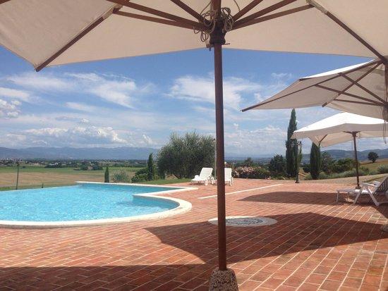 Tramonto su Assisi: parte della vista dalla piscina